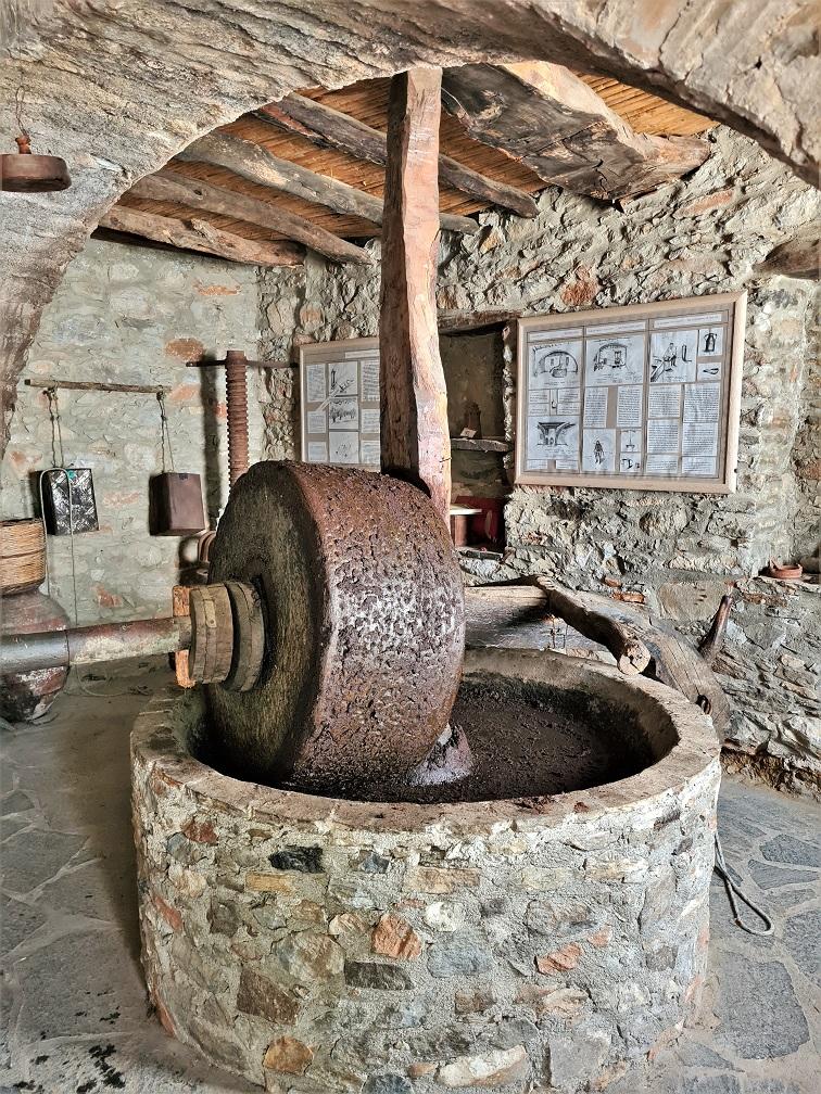 Olive press Damalas